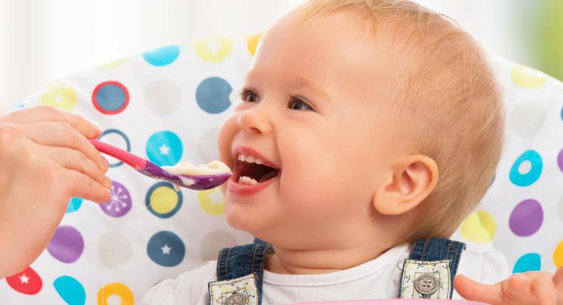 niemowlę je kaszkę z łyżeczki