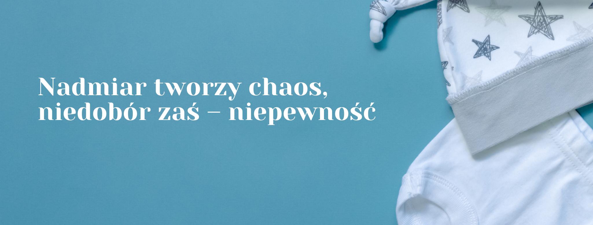 """cytat """"nadmiar rodzi chaos, niedobór - niepewność"""" na tle ubranek niemowlęcych"""